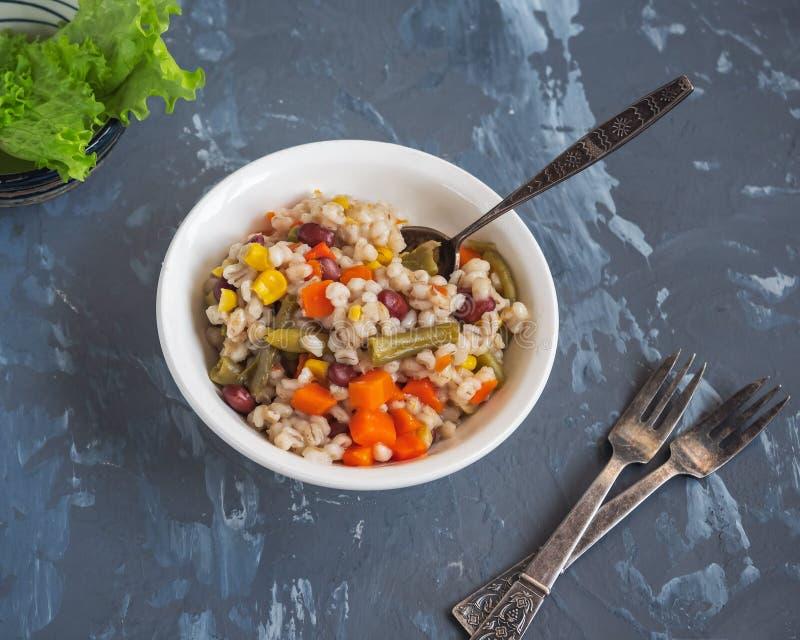 Perlotto mit Gemüse in tiefer weißer Platte mit Cutlery lizenzfreie stockfotos