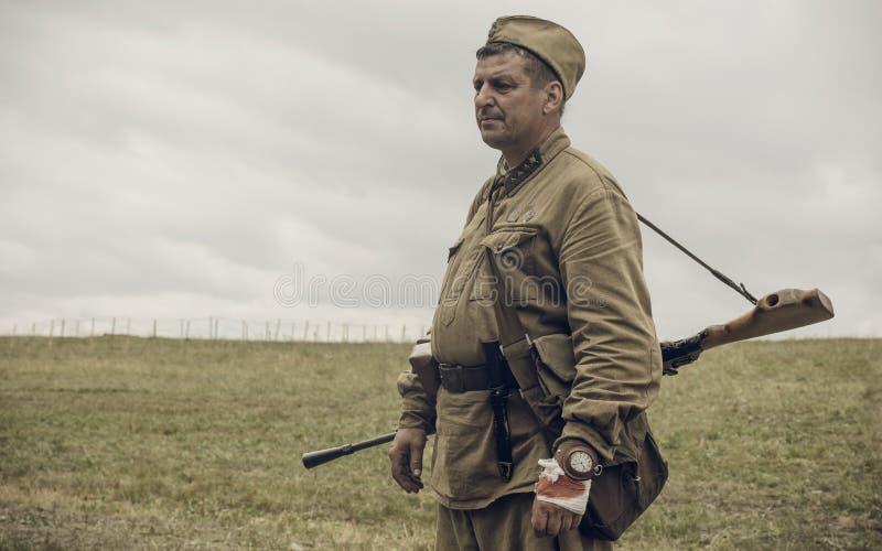PERM, ΡΩΣΊΑ - 30 ΙΟΥΛΊΟΥ 2016: Ιστορική αναπαράσταση του Δεύτερου Παγκόσμιου Πολέμου, καλοκαίρι, 1942 Σοβιετικός στρατιώτης με το στοκ εικόνα με δικαίωμα ελεύθερης χρήσης