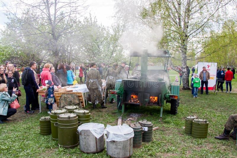 Perm, Ρωσία - 9 Μαΐου 2016: Κουζίνα τομέων με ένα στρατιωτικό κουάκερ στοκ φωτογραφίες