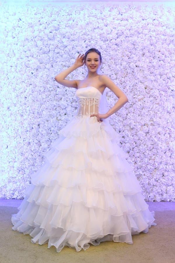 PERM, ΡΩΣΊΑ - 12 ΦΕΒΡΟΥΑΡΊΟΥ 2017: Η αρκετά πρότυπη νύφη θέτει στοκ εικόνα με δικαίωμα ελεύθερης χρήσης