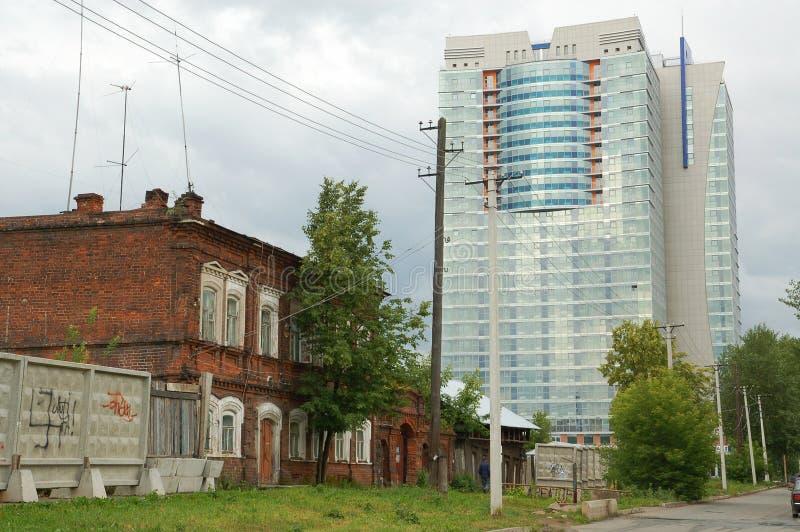 Perm, a casa velha e arranha-céus imagem de stock royalty free