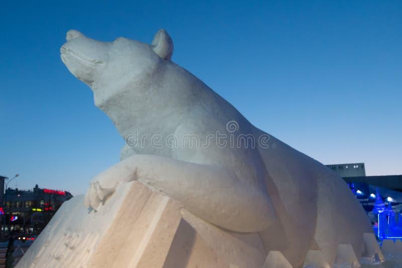 PERM ROSJA, FEB, - 12, 2018: Duży niedźwiedź w Lodowym miasteczku zrobił obraz stock