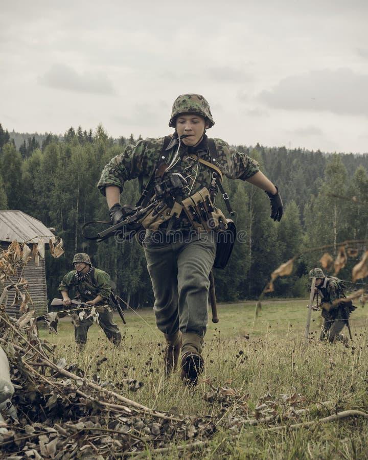 PERM, RUSSIA - 30 LUGLIO 2016: Rievocazione storica della seconda guerra mondiale, estate, 1942 Soldati tedeschi immagini stock