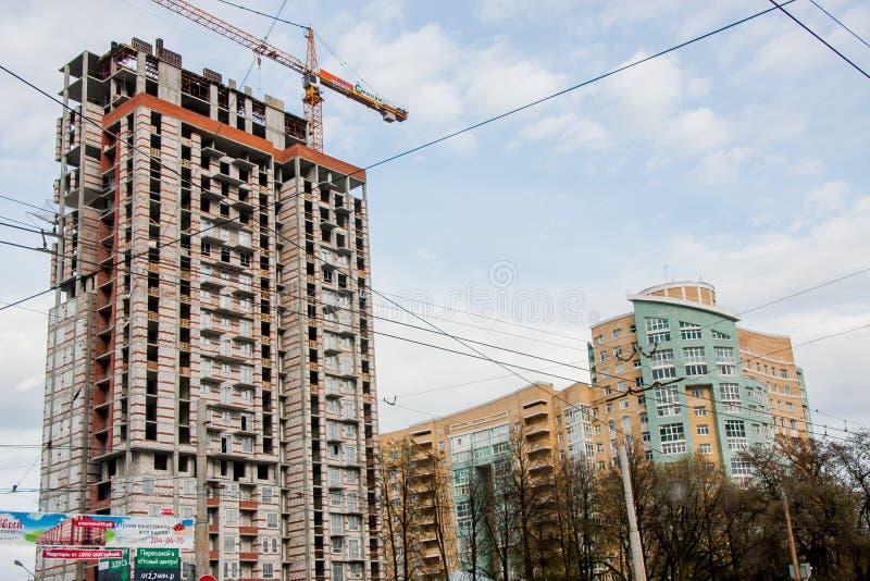 Perm, Russia - 9 maggio 2016: Costruzione di una casa moderna immagini stock