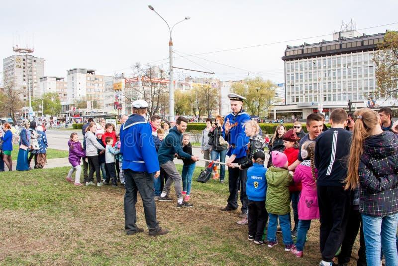 Perm, Russia - 9 maggio 2016: I bambini e gli adulti tirano la corda fotografie stock libere da diritti