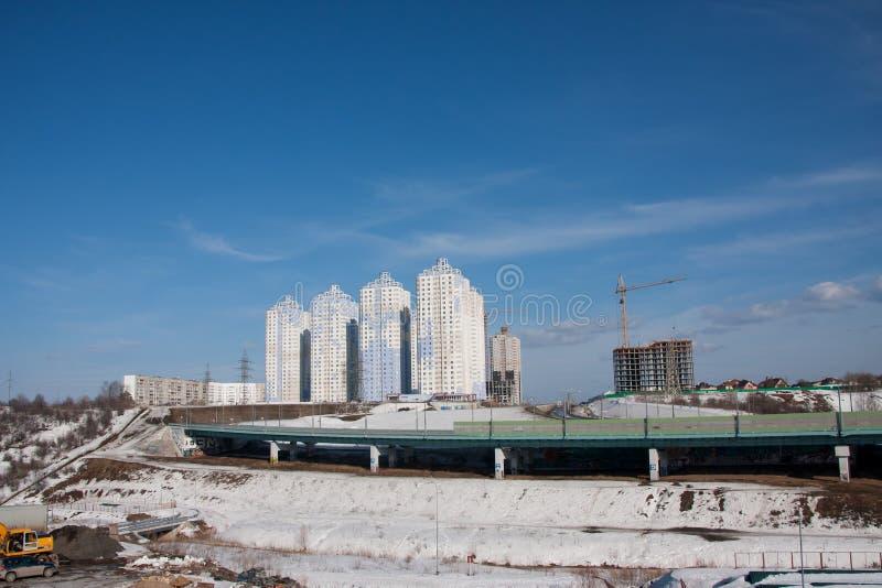 Perm, Russia - 31 marzo 2016: Costruzione di nuovo co abitato in immagini stock