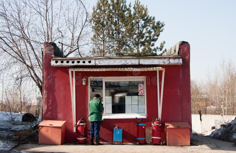 Perm, Russia - 31 marzo 2016: L'uomo paga un'automobile diesel fotografia stock