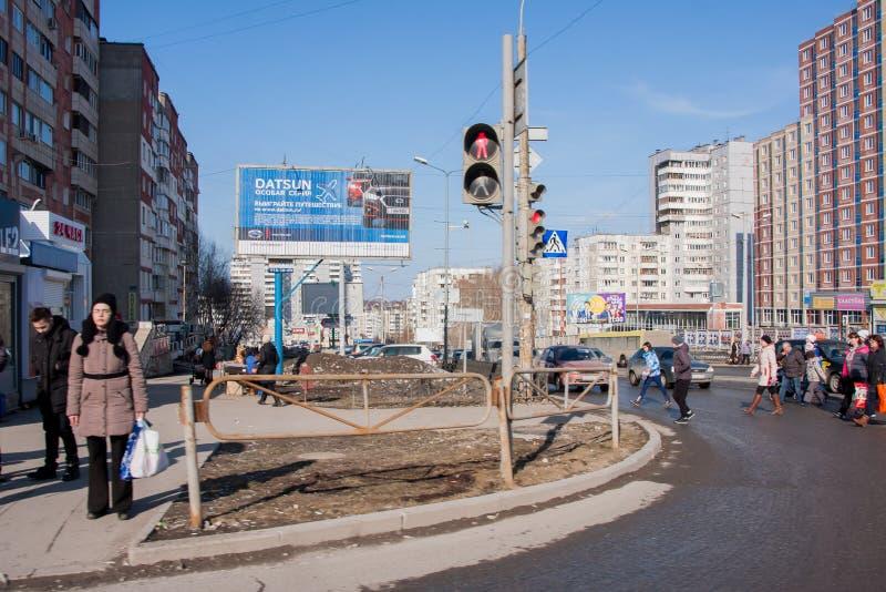 Perm, Russia - marzo 31,2016: Strada del passaggio della gente su un pedone c fotografia stock