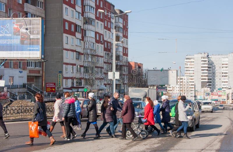 Perm, Russia - marzo 31,2016: Strada del passaggio della gente su un pedone c fotografia stock libera da diritti