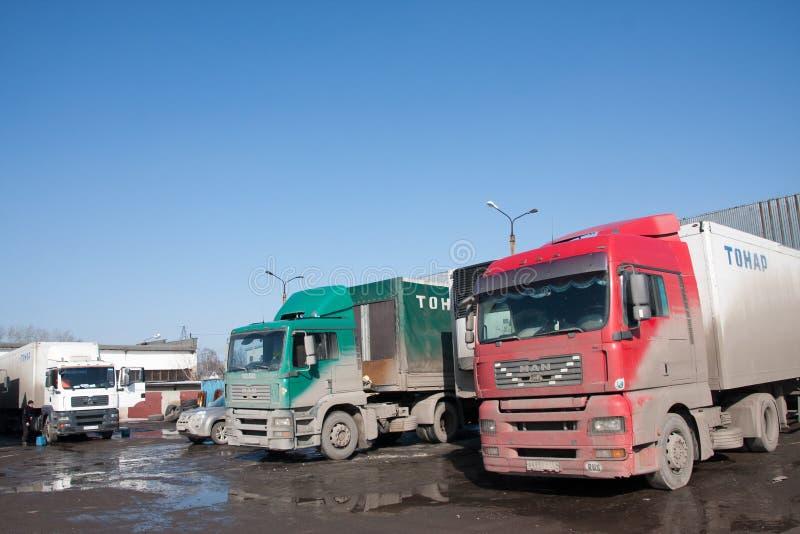 Perm, Russia - 31 marzo 2016: Supersize le automobili su parcheggio fotografia stock