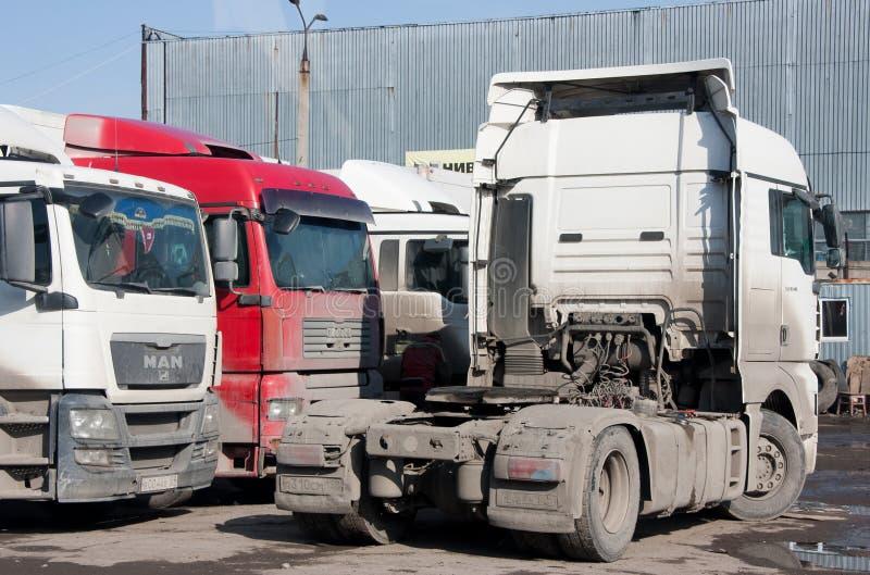 Perm, Russia - 31 marzo 2016: Supersize le automobili su parcheggio immagini stock