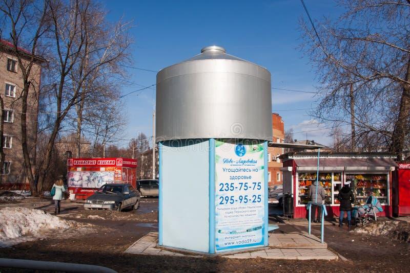 Perm, Russia - 31 marzo 2016: Supporto con acqua potabile pulita fotografie stock libere da diritti