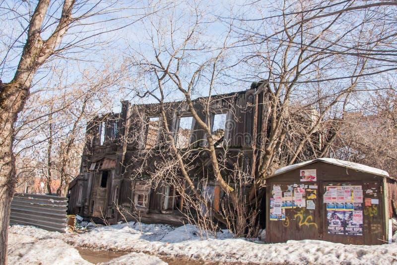Perm, Russia - 31 marzo 2016: Vecchia casa di legno a due piani rovinata fotografia stock libera da diritti