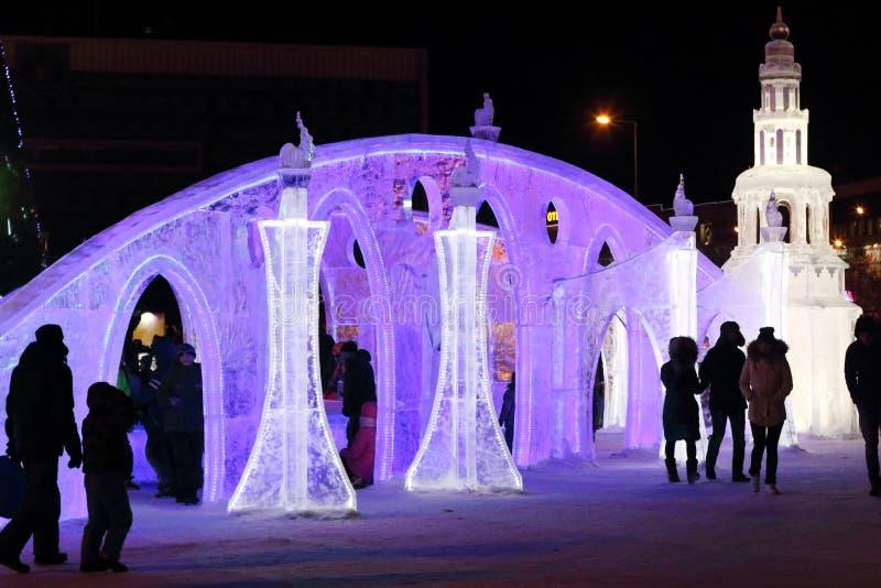 PERM, RUSSIE - 4 JANVIER 2016 : Promenade de personnes dans la ville lumineuse de glace, photographie stock libre de droits