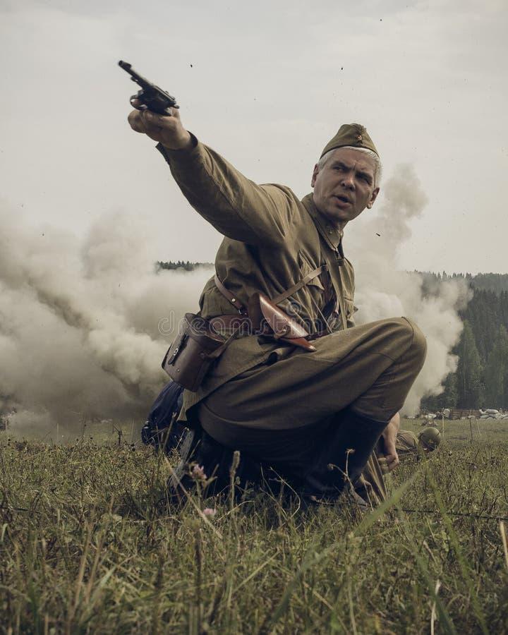 PERM, RUSSIE - 30 JUILLET 2016 : Reconstitution historique de la deuxième guerre mondiale, été, 1942 Dirigeant soviétique avec le photos stock