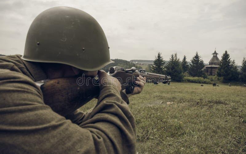 PERM, RUSSIE - 30 JUILLET 2016 : Reconstitution historique de la deuxième guerre mondiale, été, 1942 Soldat soviétique visant un  photographie stock libre de droits