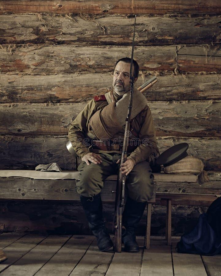 PERM, RUSSIE - 30 JUILLET 2016 : Reconstitution historique Soldat russe de la guerre I de Worl photos stock
