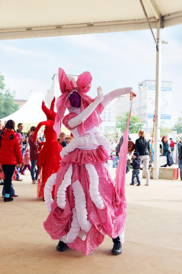 PERM, RUSSIE - 15 JUIN 2014 : Danseur dans des poses de costume sur la rue t images stock