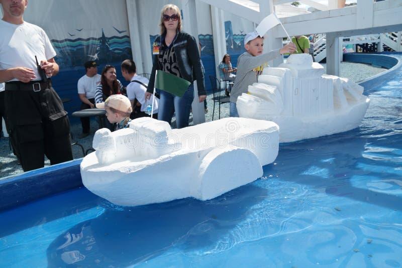 PERM, RUSSIE - 15 JUIN 2013 : Enfants avec de grands bateaux de mousse de styrol images stock