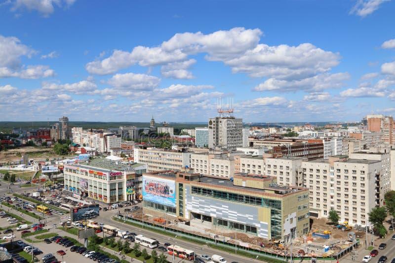 PERM, RUSSIE - 25 JUIN 2014 : Rue de Popova et centre commercial images stock
