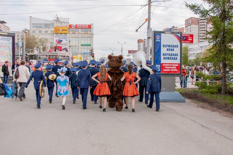 Perm, Russie - 9 mai 2016 : Les jeunes cadets entrent dans l'uniforme de robe photos stock