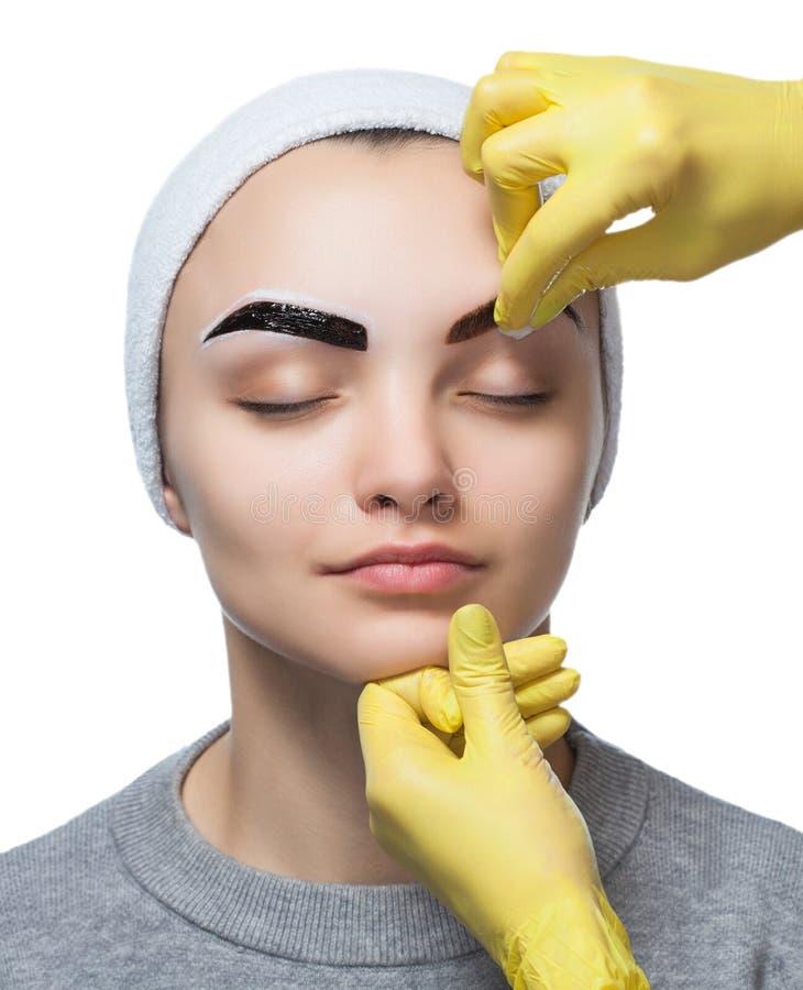 Permanent maak wenkbrauwen van mooie vrouw met dikke brows in schoonheidssalon goed royalty-vrije stock foto's