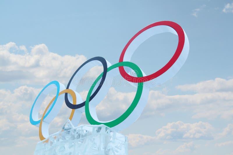 PERMANENT, RUSLAND - 6 JANUARI, 2014: Bewolkt hemel en symbool van Olympische Gam royalty-vrije stock afbeelding