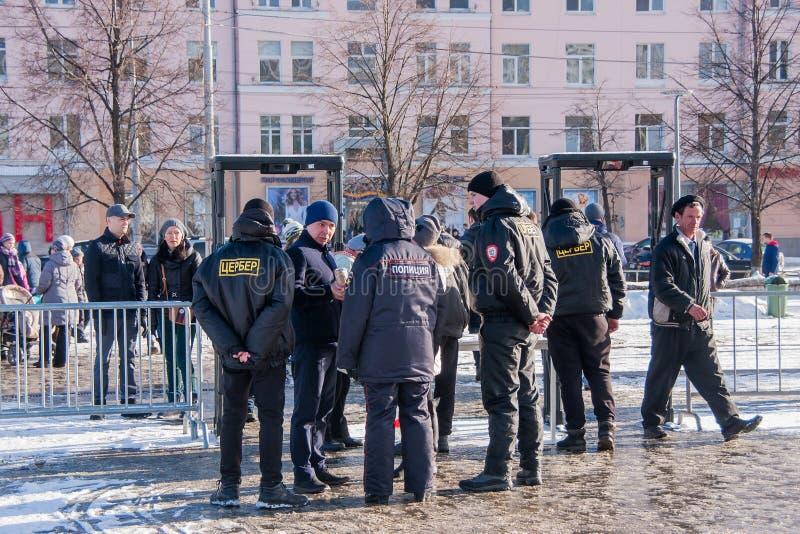 PERMANENT, RUSLAND - Maart 13, 2016: Veiligheid bij de ingang aan e royalty-vrije stock fotografie