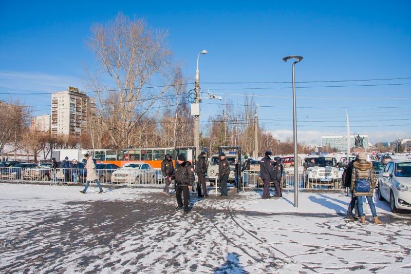 PERMANENT, RUSLAND - Maart 13, 2016: Veiligheid bij de ingang aan e stock fotografie