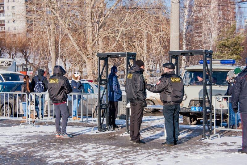 PERMANENT, RUSLAND - Maart 13, 2016: Veiligheid bij de ingang aan e royalty-vrije stock foto
