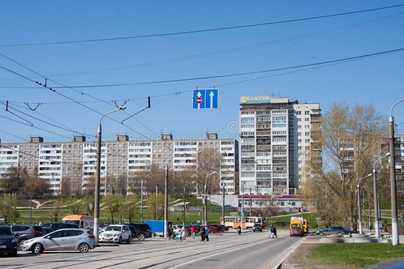 Permanent Ryssland - April 30 2016: Stadslandskap, tvärgator av s arkivbild