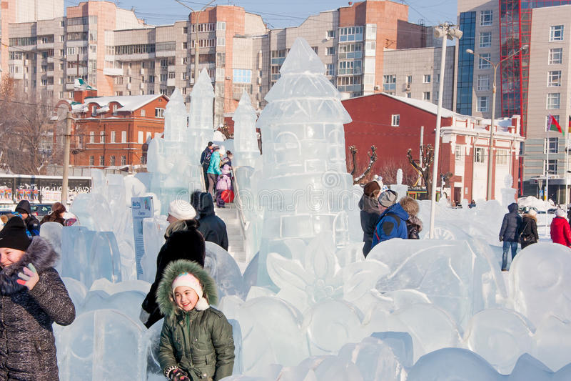 Permanent Ryssland - Januari 28 2017: Folket går i isliten stad royaltyfria bilder