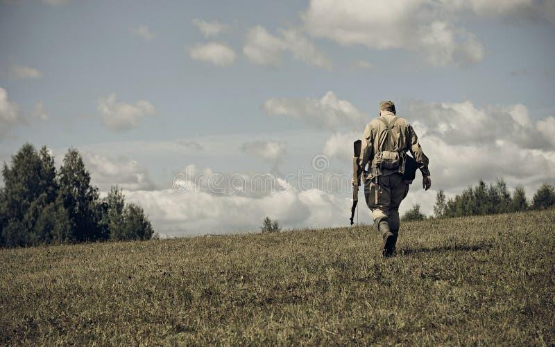 PERMANENT RYSSLAND - JULI 30, 2016: Historisk reenactment av världskrig II, sommar, 1942 kiev för klubbahistoriebilder militär me arkivfoto