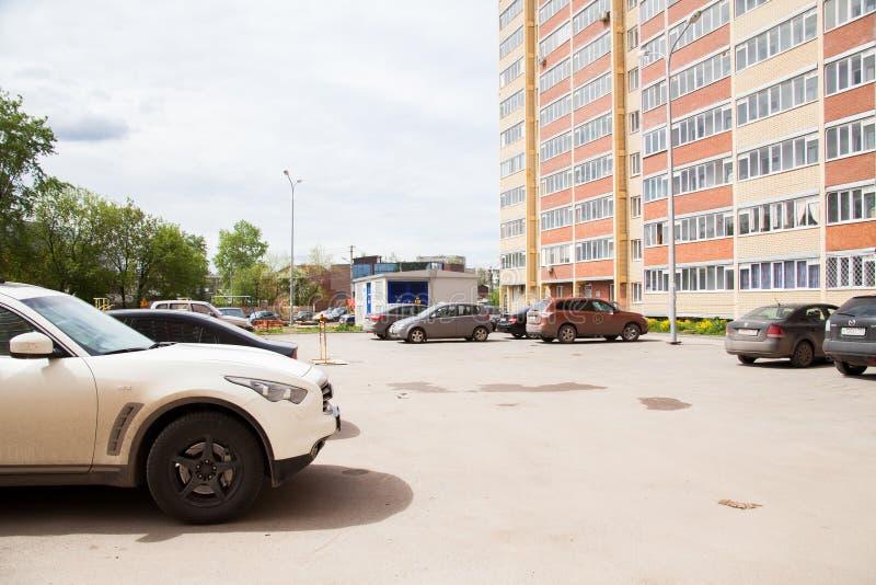 Permanent Ryssland - Juni 06 2017: Bilparkering i borggården av buien royaltyfri bild
