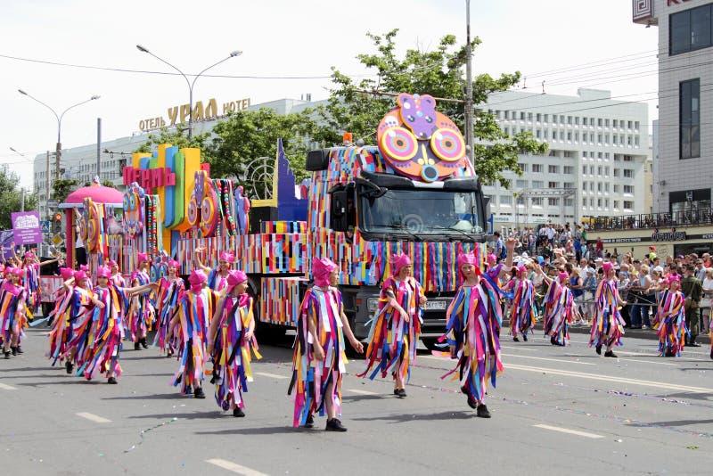 Permanent Ryssland - Juni 12,2016: en karnevalprocession av folk royaltyfria bilder