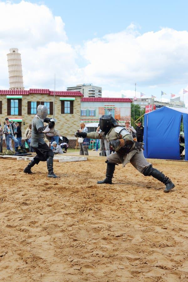 PERMANENT RYSSLAND - JUNI 25, 2014: Två manfäktningsvärd på festivalen royaltyfri bild
