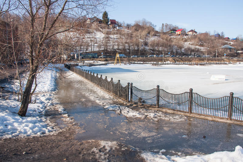 Permanent Ryssland - mars 31 2016: Smutsiga pölar på trottoarsprien arkivfoto