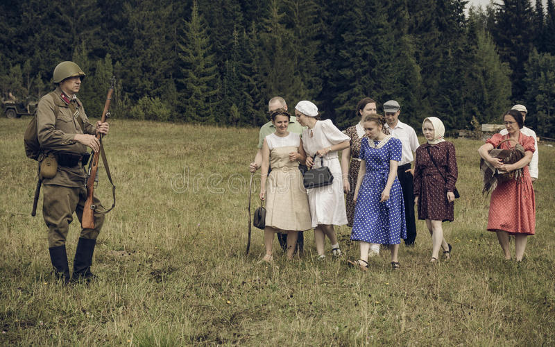 PERMANENTE, RÚSSIA - 30 DE JULHO DE 2016: Reenactment histórico da segunda guerra mundial, verão, 1942 Soldado e civis soviéticos foto de stock