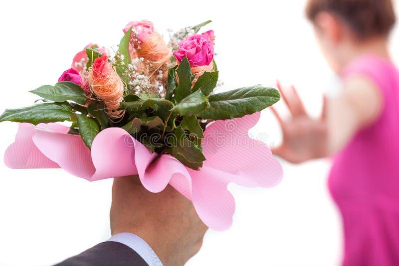Permanezca lejos con las rosas foto de archivo