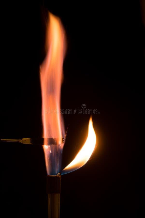 Permanganate de potassium brûlant en air avec la flamme lilas image stock