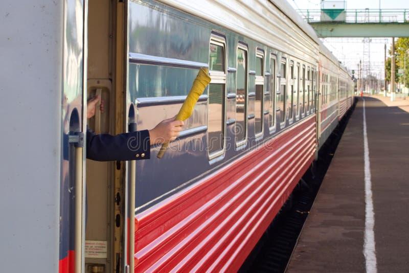 Permettez l'envoi du conducteur de train photos stock