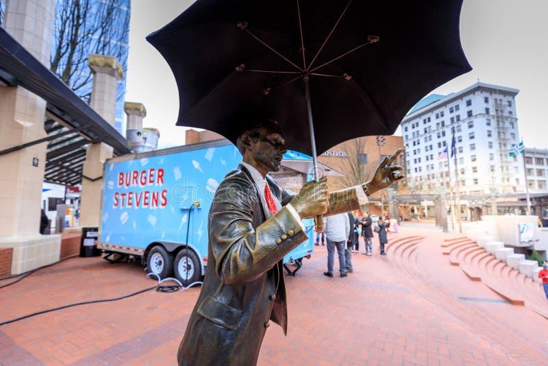 Permettez-moi, également connu comme homme de parapluie, êtes des 1983 iconiques s en bronze images stock