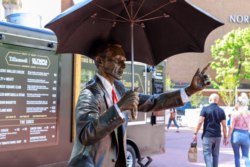 Permettez-moi, également connu comme homme de parapluie, êtes une sculpture en bronze iconique dans la place de tribunal de pionn photo libre de droits