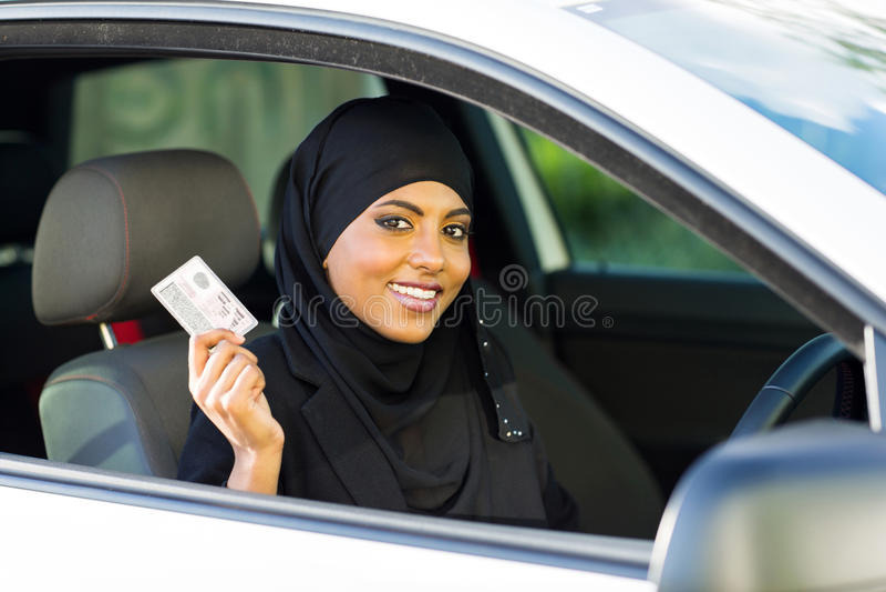 Permis de conduire de femme musulmane images stock