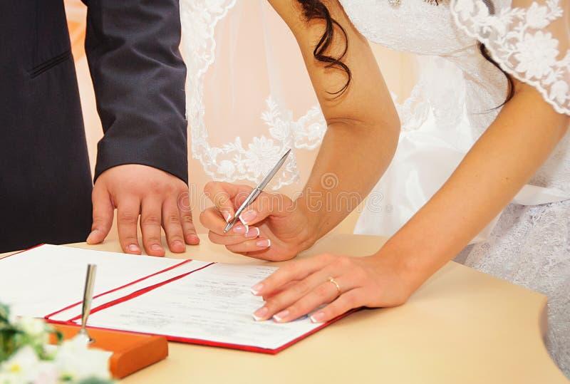Permiso de matrimonio de firma de la novia o contrato que se casa fotografía de archivo libre de regalías