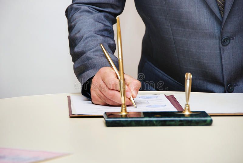 Permiso de matrimonio de firma del novio o contrato que se casa fotos de archivo libres de regalías