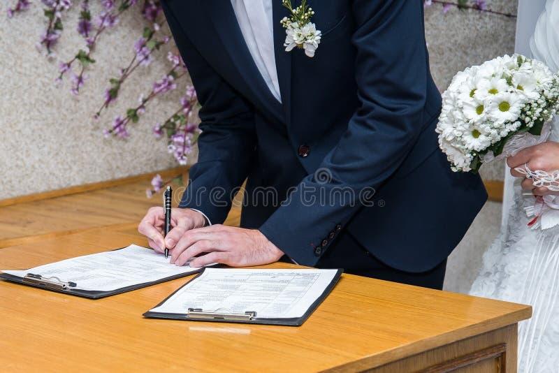 Permiso de matrimonio de firma de novia y del novio fotografía de archivo libre de regalías