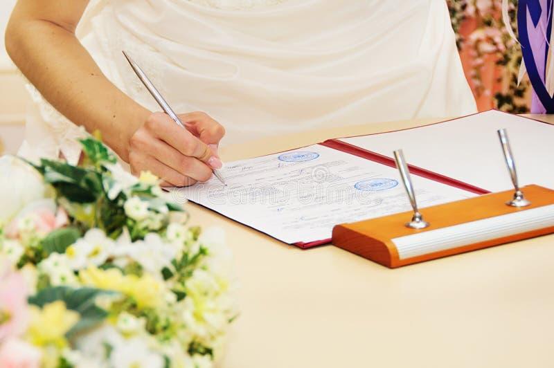 Permiso de matrimonio o contrato de firma de la novia imágenes de archivo libres de regalías