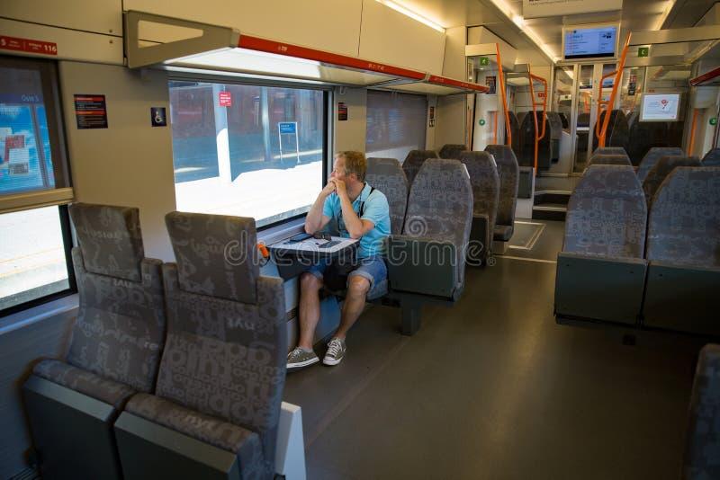 Permuti il treno interno con la seduta del passeggero immagini stock libere da diritti