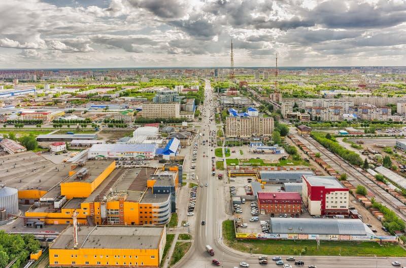 Permyakova-Straße mit Fernsehturm Tyumen Russland lizenzfreie stockbilder